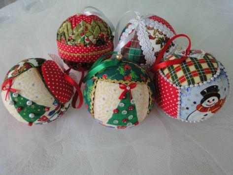 enfeites-de-natal-em-patchwork-bolas-arvores-mobiles
